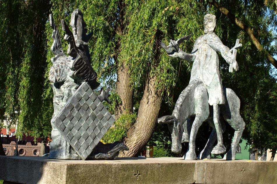 """,,Pan Jezus na osiołku wjeżdża do Sławna """" - pomnik przy Baszcie Koszalińskiej w centrum miasta."""